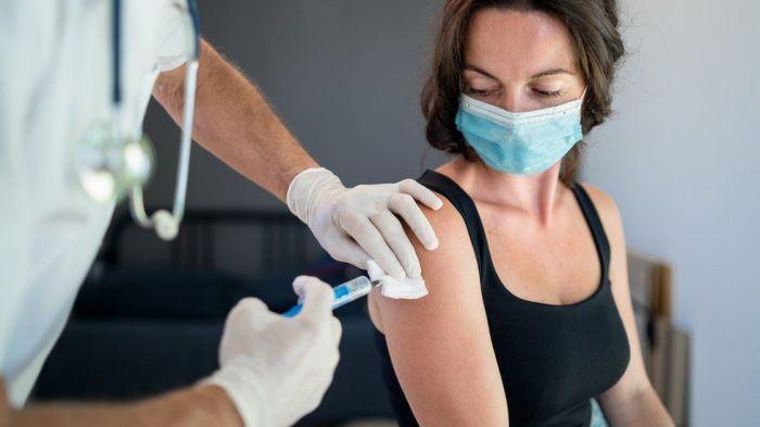 مازال الكثيرون متخوفون من الآثار الجانبية للقاحات كورونا