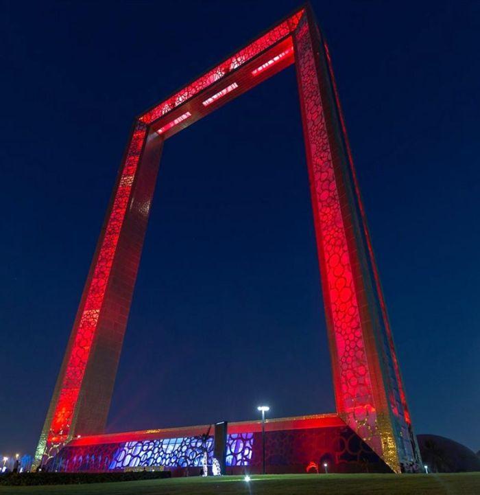 يمكن مشاهدة مظاهر البهجة في شتى أرجاء البلاد إذ تُضاء الأبنية باللون الأحمر