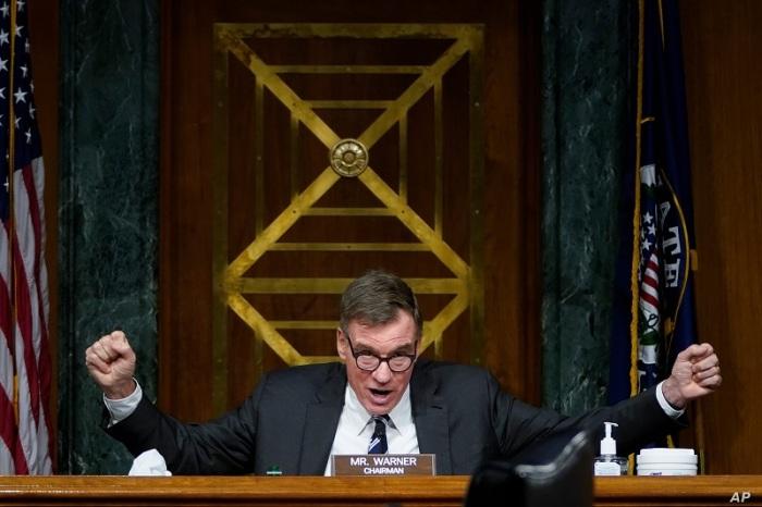 السناتور مارك وارنر، ديمقراطي، رئيس لجنة المخابرات بمجلس الشيوخ يتحدث خلال جلسة استماع في الكابيتول هيل يوم 23 فبراير 2021 في واشنطن