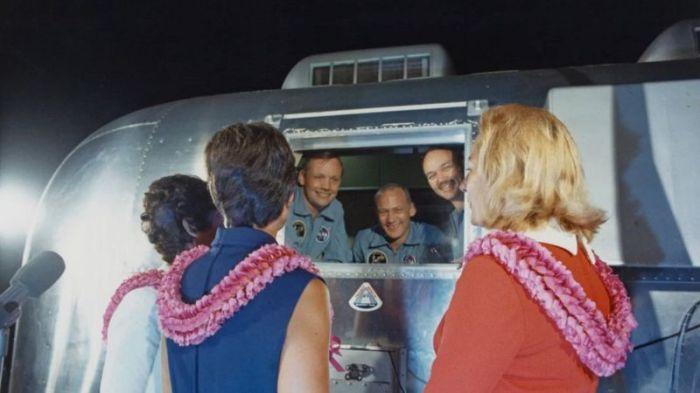 خضع رواد فضاء بعثة أبولو 11 للحجر الصحي بعد الهبوط على سطح الأرض، لكن كانت هناك فجوة عند انتشالهم من البحر كان من الممكن أن تسمح بإطلاق كائنات فضائية إلى الأرض