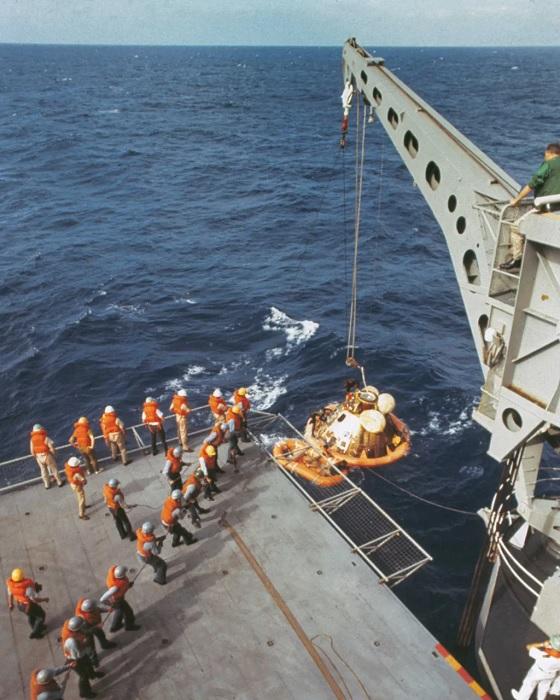 بينما كانت الرافعة تنتشل كبسولة أبولو 11 إلى السفينة، كان رواد الفضاء على متن السفينة بالفعل