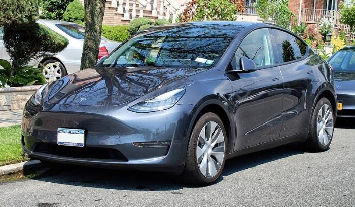 سيارة تسلا من طراز Y بدأت الشركة في إنتاجها في مارس 2020 وهي تتشابه الي حد كبير مع طراز تسلا 3 ولكنها أقل في السعر