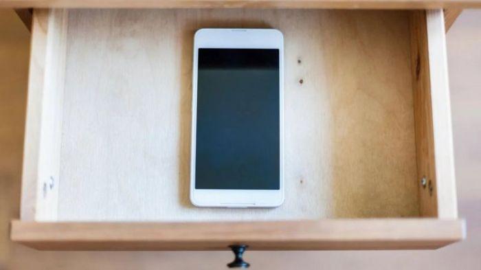 من الممكن أن توقف تشغيل الموبايل وتضعه في أحد الأدراج لبعض الوقت، في ضوء أنك لست مضطرا إلى الرد على كل الرسائل النصية التي تَرِدَك في التو واللحظة