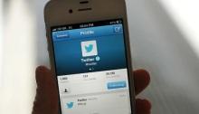 تطبيق تويتر يظهر علي شاشة موبايل