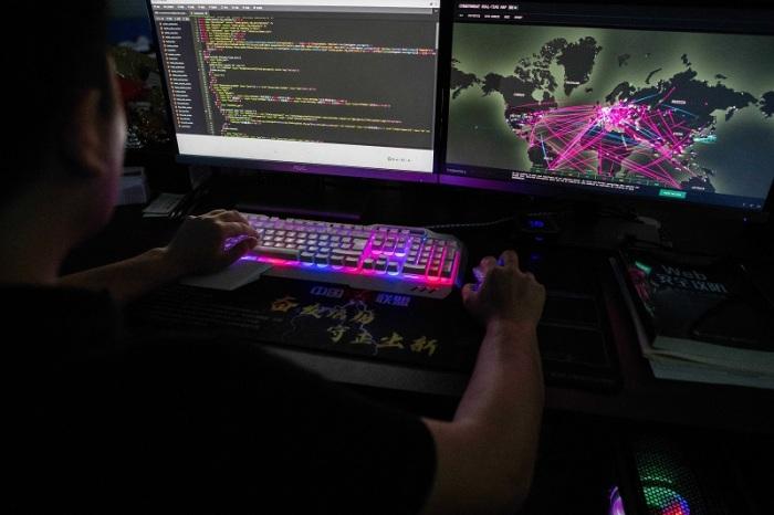 تظهر هذه الصورة التي تم التقاطها في 4 أغسطس 2020 برنس، وهو عضو في مجموعة القرصنة Red Hacker Alliance ، والذي رفض الكشف عن اسمه الحقيقي، مستخدمًا موقعًا إلكترونيًا يراقب الهجمات الإلكترونية العالمية على جهاز الكمبيوتر الخاص به في مكتبهم في دونجوان بمقاطعة جوانجدونج جنوب الصين.