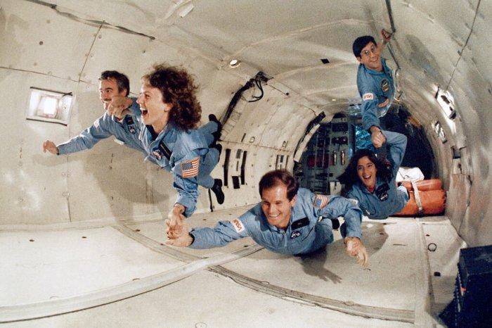 بيل نيلسون، في الأسفل، مع رواد فضاء آخرين يتدربون علي بيئة إنعدام الجاذبية لمهمة مكوك فضاء في عام 1985