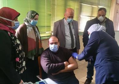 مواطن يتلقي لقاح كورونا في أحد المراكز المعتمدة من وزارة الصحة المصرية