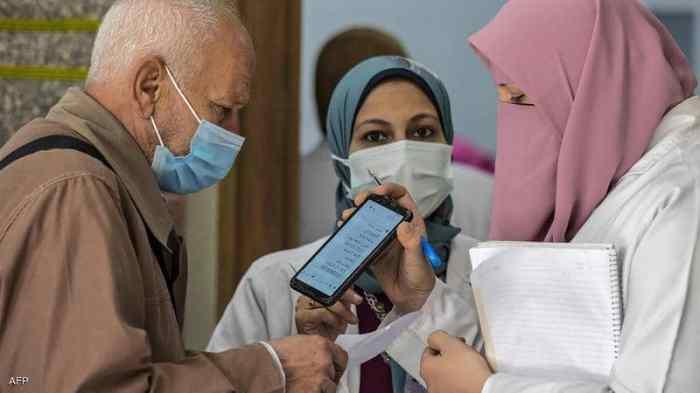 أولوية التطعيم ضد فيروس كورونا في مصر لكبار السن وأصحاب الأمراض المزمنة ويتم استخدام لقاح كوفيد-19 من شركتي سينوفارم و استرازينيكا