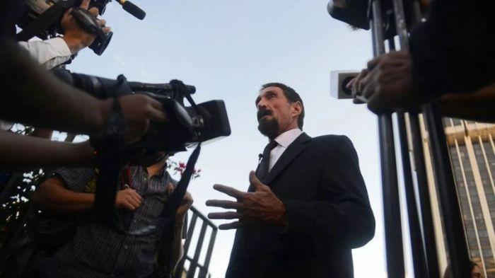 جون ماكافي يتحدث إلى الصحفيين في المحكمة العليا بغواتيمالا، بعدما أدى نشر صورة له إلى كشف النقاب عن موقعه