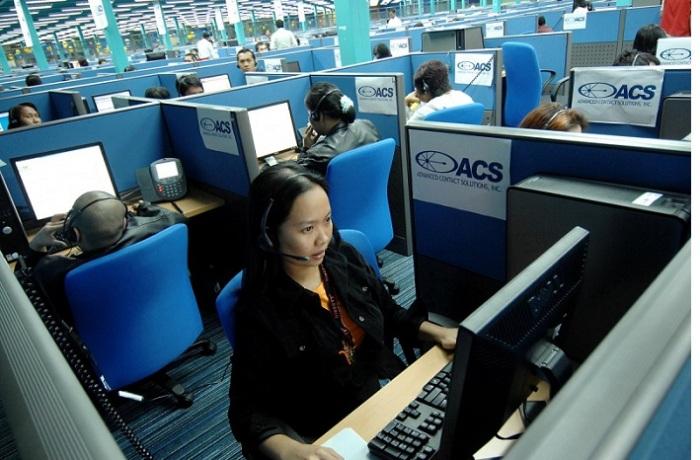 إحدي موظفات في مركز اتصالات في كويزون سيتي في مانيلا عاصمة الفلبين تقوم بخدمة عملاء من الولايات المتحدة، تخشي الفلبين أن يهدد الذكاء الإصطناعي مراكز اتصالاتها