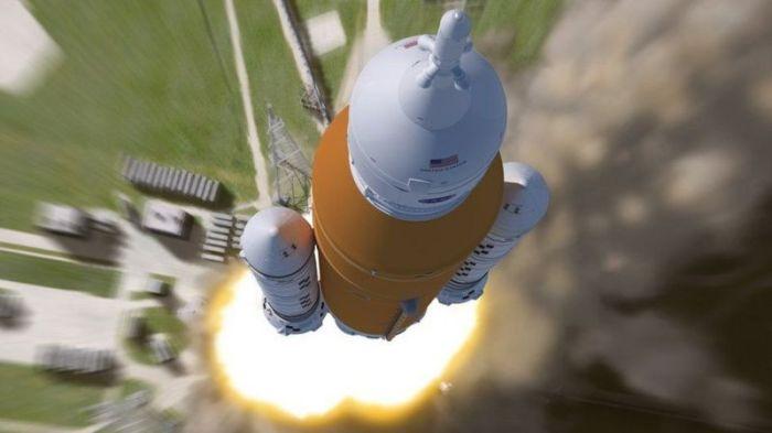 نظام الإقلاع الفضائي العملاق باللون البرتقالي سيكون أقوى 15 بالمئة من صاروخ أبولو المستخدم في الهبوط على القمر في الستينيات