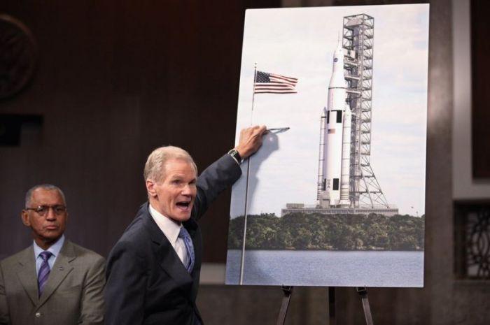 """نيلسون خلال كشفه عن نموذج صاروخ """"نظام الافلاع للفضاء"""" SLS عام 2011"""
