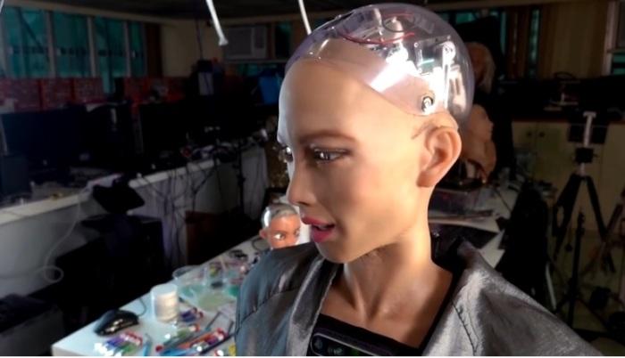الروبوت صوفيا وهي تقف في مرسمها