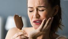 تناول المثلجات يحفز حساسية وآلام الأسنان، لكن لا يسببها