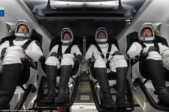 4 رواد فضاء من الولايات المتحدة واليابان وفرنسا قامت شركة سبيس إكس بارسالهم بنجاح الي المحطة الفضائية الدولية يوم 23 أبريل 2021