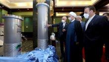 علي أكبر صالحي ، إلى اليسار ، رئيس البرنامج النووي الإيراني ، والرئيس حسن روحاني في معرض للإنجازات النووية الإيرانية في طهران يوم السبت 10 أبريل 2021