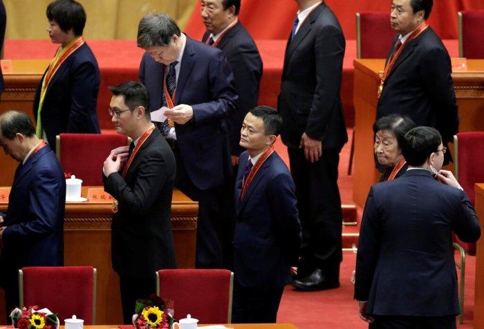 جاك ما، مؤسس علي بابا (في منتصف الصورة)، اتهم المنظمين الماليين الصينيين العام الماضي بإعاقة الابتكار