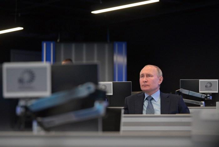 الرئيس الروسي فلاديمير بوتين يزور مركز التنسيق التابع للحكومة الروسية في موسكو، روسيا، الثلاثاء 13 أبريل 2021