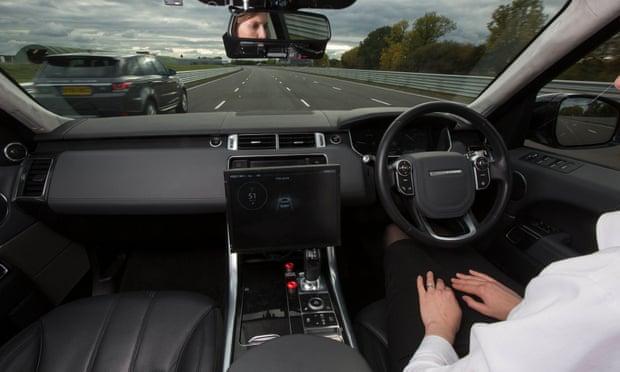 قالت شركات التأمين والمنظمات المرورية إن هناك الكثير من العمل الذي يتعين القيام به لضمان سلامة سير السيارات ذاتية القيادة في الحارات المرورية