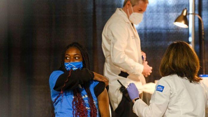 احدى الطالبات تتلقى لقاح فايزر في ولاية ميشيجان