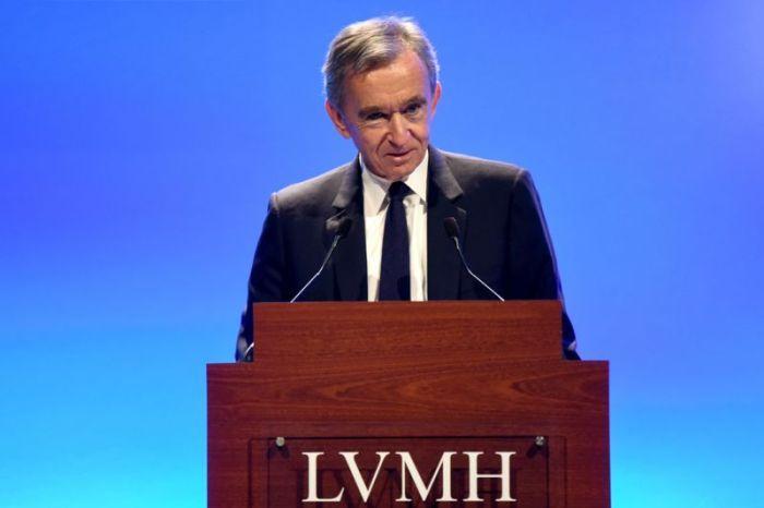 الملياردير الفرنسي برنار أرنو أمام العلامة التجارية للملابس الفاخرة التي يمتلكها أوي فيتون