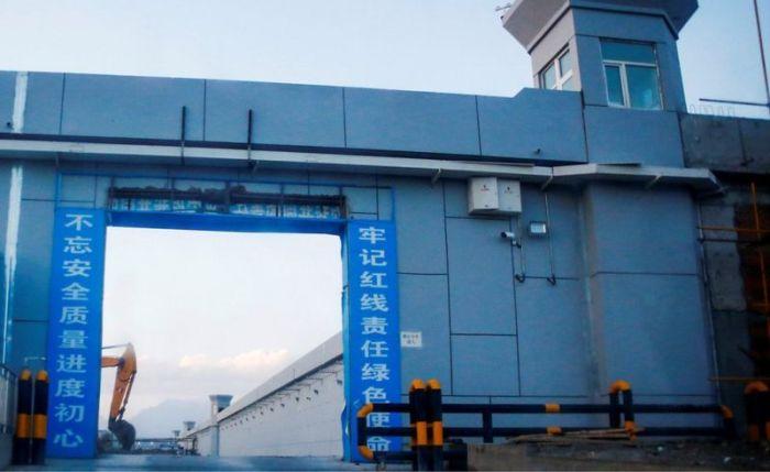 """بوابة ما يعرف رسميا باسم """"مركز تعليم المهارات المهنية"""" في شينجيانج"""