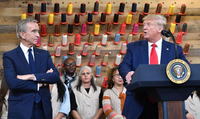 الملياردير الفرنسي برنار مع الرئيس الأمريكي السابق دونالد ترامب عام 2019