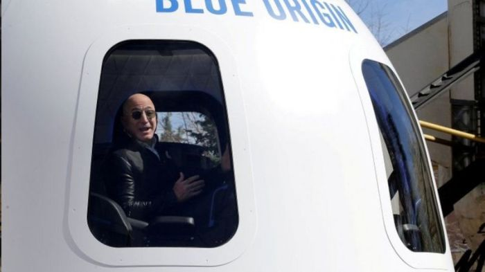 يتحدث بيزوس في عام 2017 من على متن مركبة فضائية صنعتها شركته بلو أوريجين