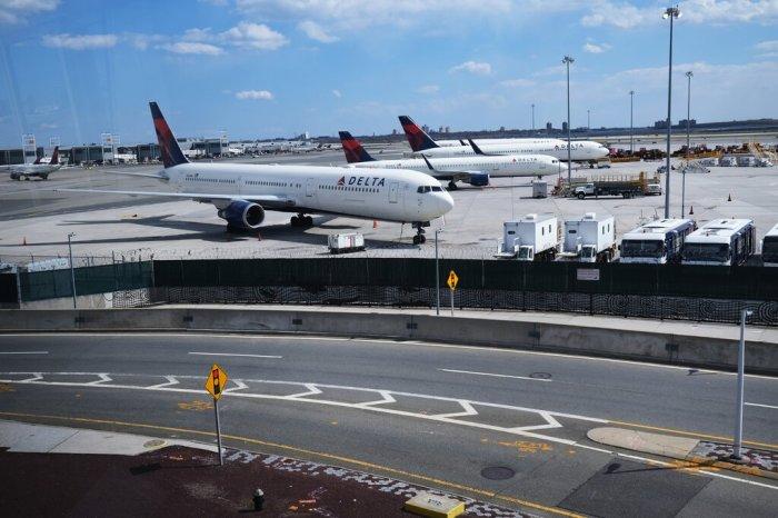 ينقل خط أنابيب كولونيال 2.5 مليون برميل يوميًا ، وينقل البنزين المكرر ووقود الديزل ووقود الطائرات من ساحل الخليج إلى ميناء نيويورك ومطارات نيويورك الرئيسية.