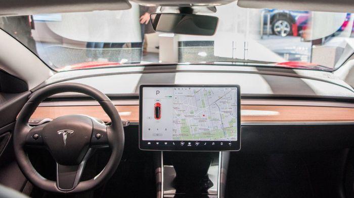 صورة لسيارة تسلا من الداخل وهي مزودة بنظام لمراقبة مدي تنبه سائقها