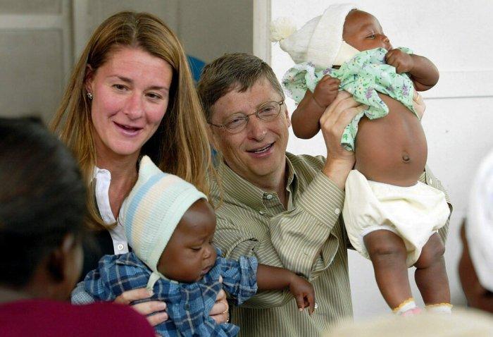 عائلة جيتس مع مرضى في تجربة لقاح الملاريا في موزمبيق عام 2003.