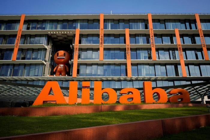 """شعار مجموعة """"علي بابا"""" أمام مقر الشركة في مدينة هانجتشو"""