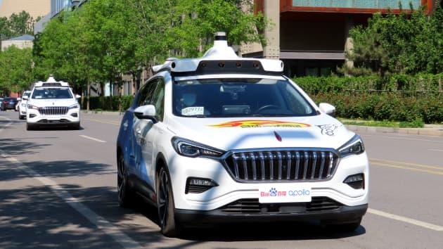 سيارة تاكسي بدون سائق تجوب شوارع شوجانج بارك حيث أطلقت بايدو أول خدمة سيارات أجرة بدون سائق في الصين في المدينة، في 2 مايو 2021 في بكين ، الصين