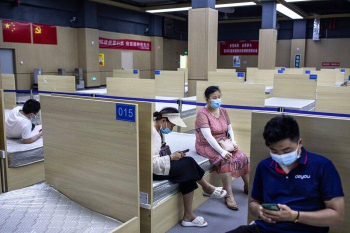 منطقة مراقبة لأولئك الذين تلقوا للتو لقاح كوفيد-19 في ووهان، الصين ، خلال شهر يونيو 2021. أدارت البلاد أكثر من 945 مليون جرعة، أي أكثر من ثلث المجموع العالمي