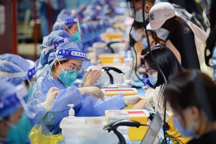 يتم تلقيح الطلاب في مركز تلقيح شامل في جامعة بكين