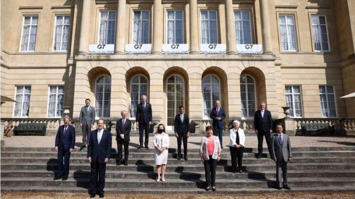 وزراء مالية دول مجموعة السبع الصناعية يقفون لالتقاط صورة في لانكستر هاوس في لندن حيث مقر الاجتماع