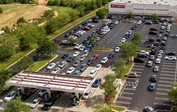 طوابير السيارات في محطة الوقود كوستكو في جرينسبورو بولاية نورث كارولاينا، الشهر الماضي أثناء إغلاق خط أنابيب كولونيال نتيجة لهجوم الفدية