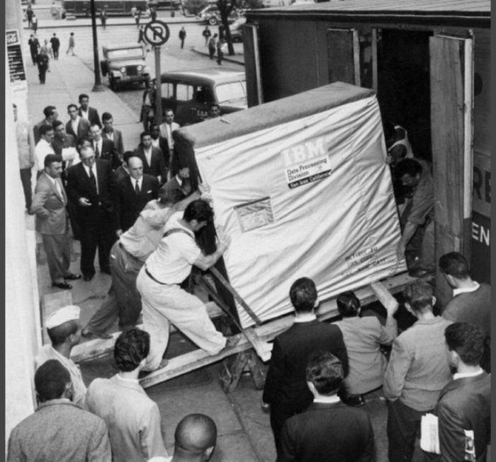 وحد تخزين سعتها 5 ميجابايت عام 1956 من شركة IBM