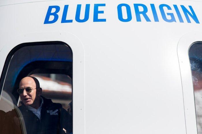 """جيف بيزوس في نموذج بالحجم الطبيعي لكبسولة رواد فضاء من تطوير شركته الفضائية """"بلو أورجين"""" في عام 2017"""