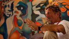 جون مكافي في عام 2009، بعد الأزمة المالية لعام 2008، اضطر إلى بيع العديد من العقارات بالمزاد، بما في ذلك منزله في روديو في ولاية نيو مكسيكو الأمريكية