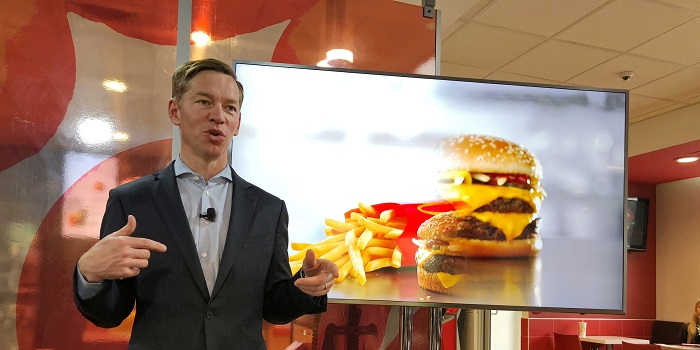يتقاضي كريس كمبزينسكي الرئيس التنفيذي لشركة ماكدونالد للمطاعم 10.8 مليون دولار سنويا في عام 2020