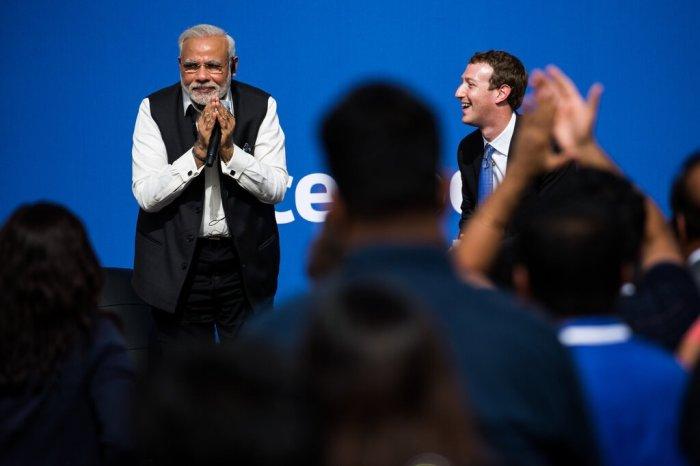 ناريندرا مودي، رئيس وزراء الهند، مع مارك زوكربيرج الرئيس التنفيذي لشركة فيسبوك، في عام 2015. سيؤثر قرار فيسبوك أيضًا على القادة العالميين الذين استفادوا من المنصة