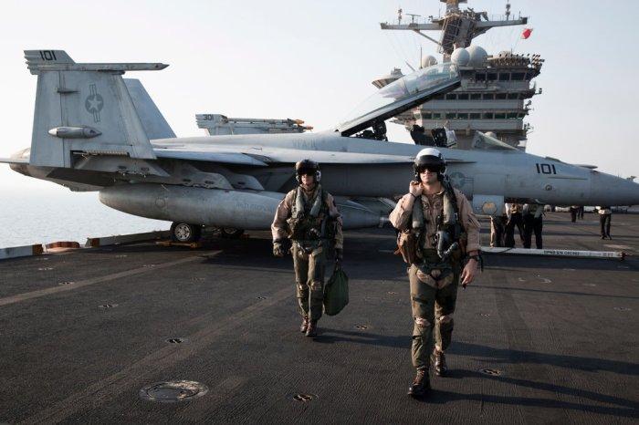 """طيارو البحرية من سرب """"ريد ريبرس"""" على متن حاملة الطائرات """"تيودور روزفلت"""" في عام 2015. بدأ السرب في ملاحظة الأجسام الطائرة الغريبة بعد أن قامت البحرية بتحديث أنظمة الرادار على طائراتها المقاتلة اف-18"""