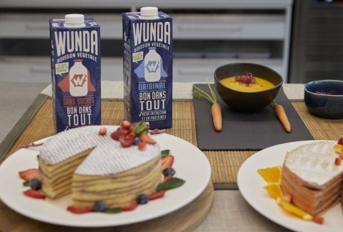 """زجاجات من منتج نستله الجديد، بديل الحليب المصنوع من البازلاء الصفراء المسمى """"Wunda""""، تم تصويرها بعد عرض إعلامي في مركز أبحاث نستله في Vers-chez-les-Blanc في لوزان، سويسرا، 4 مايو 2021"""