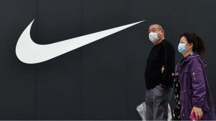 شعار شركة الملابس الرياضية العالمية نايك خلف متسوقين في الصين