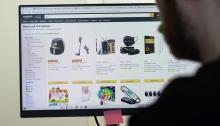 تنشر علي مواقع الشراء الإلكتروني تقييمات مزيفة لخداع المشترين بجودة سلع سيئة