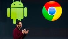سوندار بيتشاي، الرئيس التنفيذي لشركة جوجل يقف أمام شعاري نظام تشغيل أندرويد ومتصفح كروم