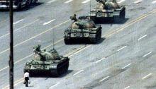 """صورة """"رجل الدبابة"""" في ساحة تيانانمن الشهيرةK حيث يقف رجل عادي أمام طابور من الدبابات فأوقفه خلال احتجاجات في العاصمة الصينية بكين عام 1989"""