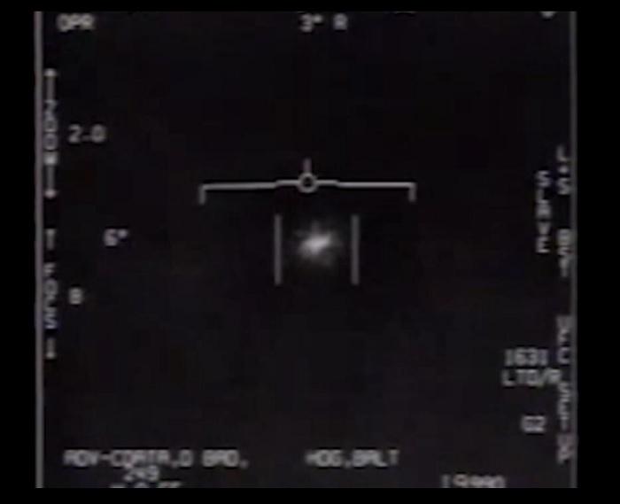 نشرت البحرية الأمريكية رسميًا مقاطع فيديو تم إصدارها مسبقًا تظهر أشياء طائرة غير مفسرة