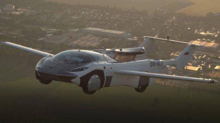 السيارة الطائرة تحلق في الفضاء بعد إقلاعها من مطار في سلوفاكيا